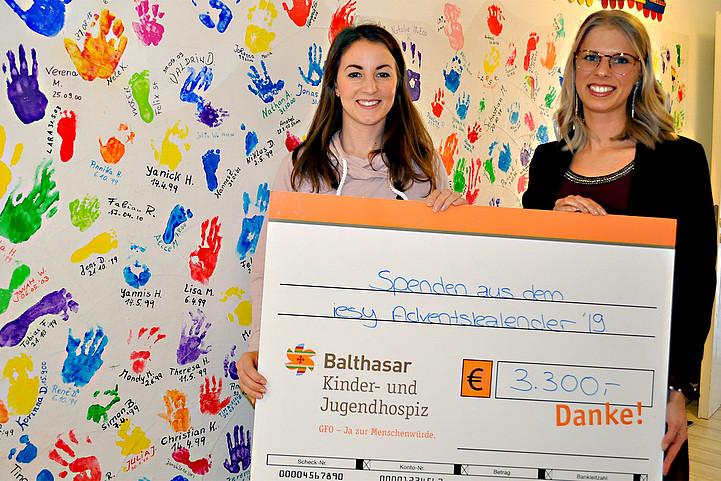 Spendenübergabe - iesy übergibt Spende ans Kinder- und Jugendhospiz Balthasar