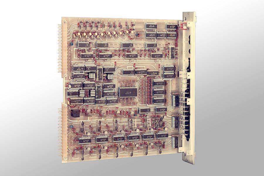 1977: Entwicklung der ersten, frei programierbaren Steuerungsbaugruppe 'STK'