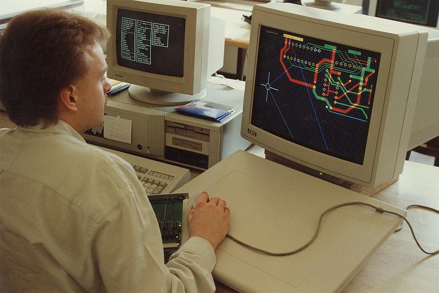 1987: Entwicklungsbeginn des eigenen Leiterkarten CAD-Systems 'microCAD'